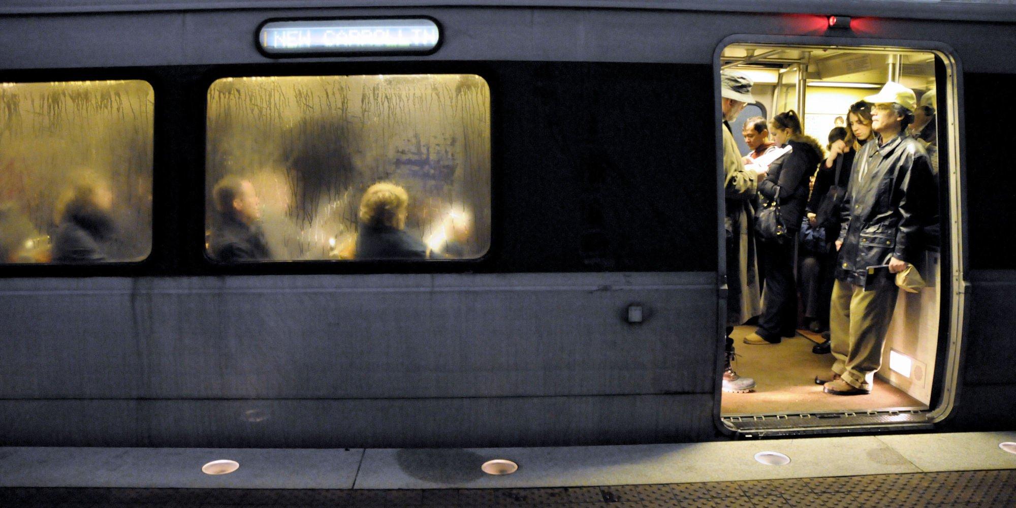 Феминистка показала трусики навсех станциях петербургского метро