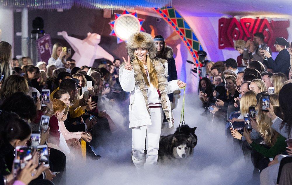 Татьяна Навка вместе ссобаками произвела фурор напоказе мод вЗарядье