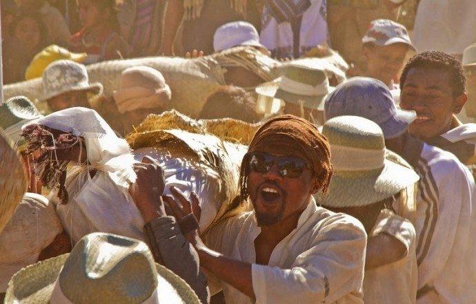 НаМадагаскаре запретили танцы спокойниками