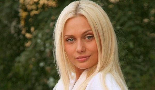 Актриса Наталья Рудова показала поклонникам грудь в крошечном купальнике