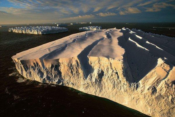 NASA показало снимок гигантского отколовшегося айсберга: Архангельск и Санкт-Петербург могут полностью погрузиться под воду