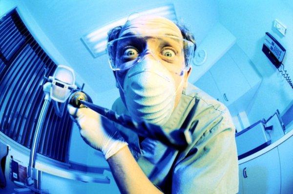 Стоматолог из Сургута на видео заснял, как делает себе операцию