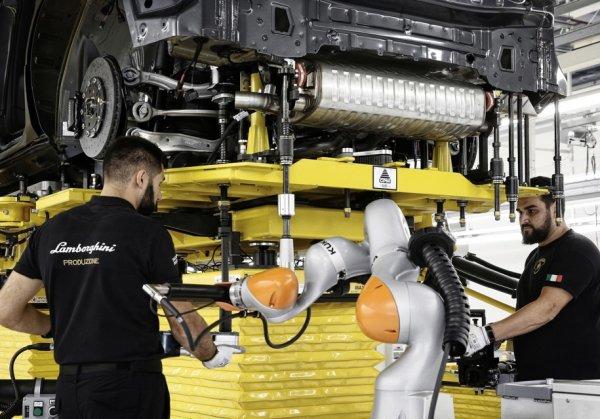 Lamborghini обнародовала фото кроссовера Lamborghini Urus на сборочной линии