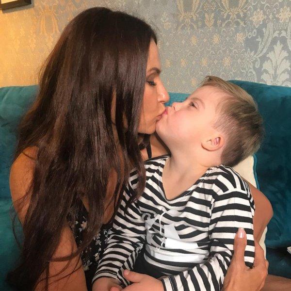 Эвелину Бледанс осудили за поцелуй сына в губы