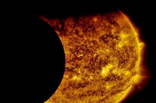 Уфологи обнаружили неизвестную гигантскую планету, заслонившую Солнце: Нибира начинает скрывать наше небесное светило