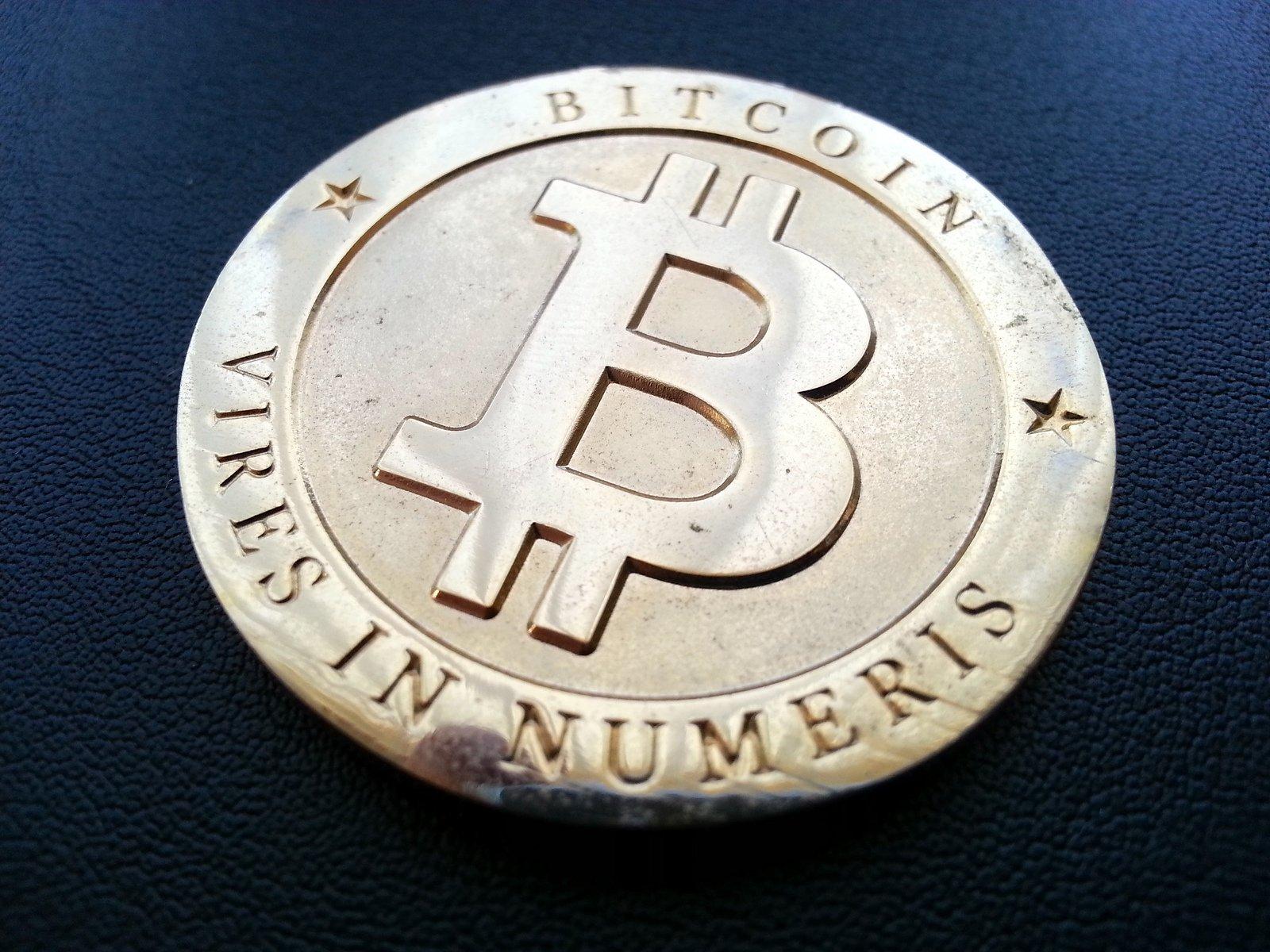 Курс биткоина превысил 7 тыс. долларов