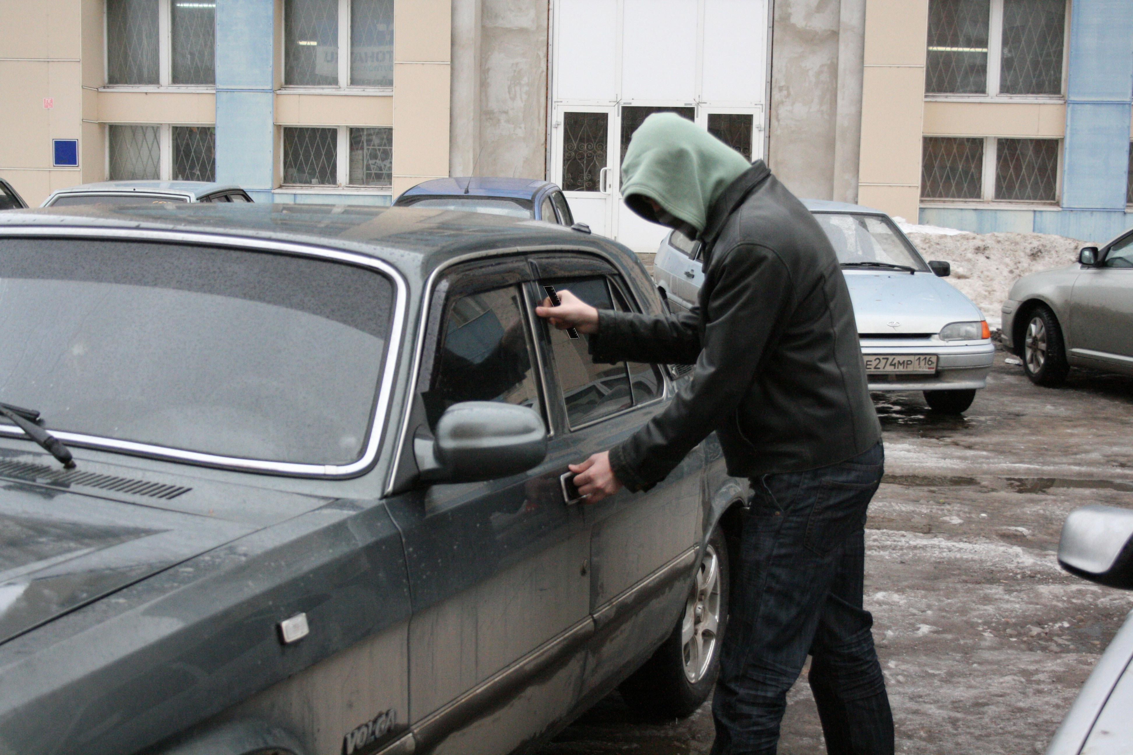 Дерзкие парни угнали чужой автомобиль вРостове прямо спарковки