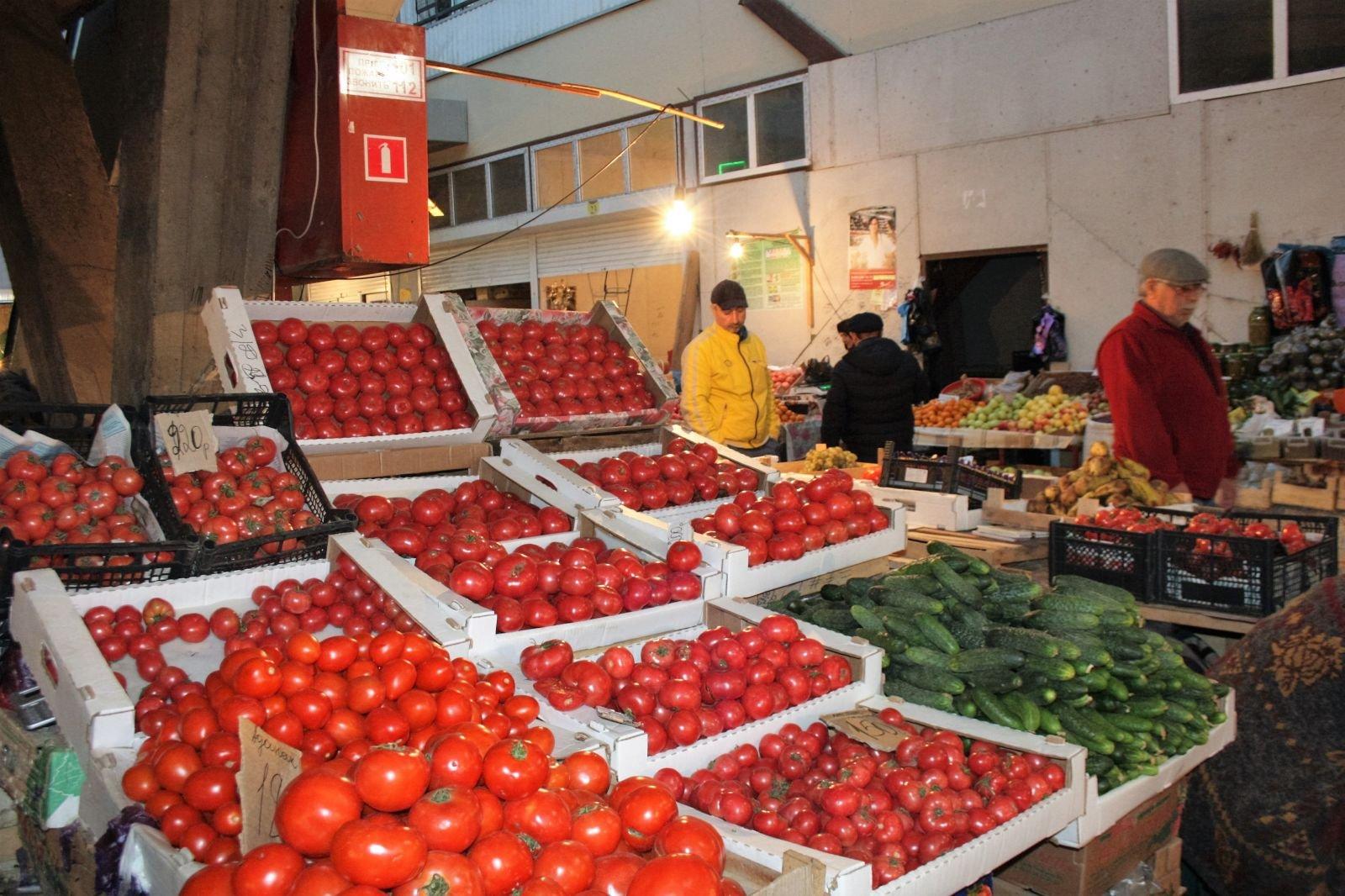 В Омске резко поднялись цены на бензин, помидоры и шубы