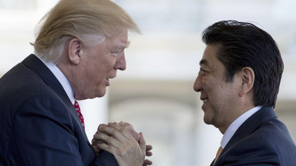 Премьер Японии упал в яму с песком во время партии в гольф с Трампом