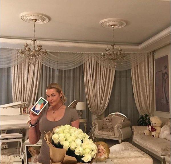 Анастасия Волочкова получила в подарок iPhone X