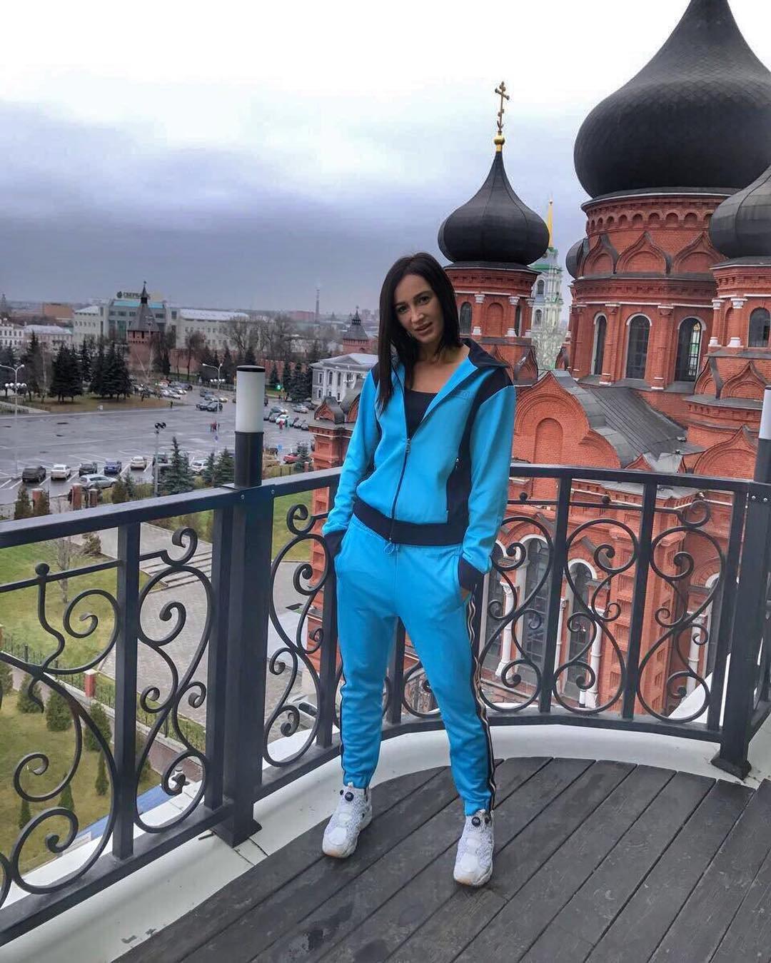 Ольга Бузова шокировала поклонников снимком в лосинах на фоне церкви