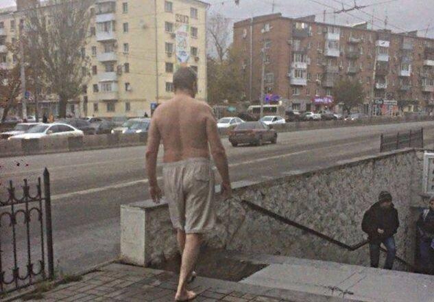 По улицам Ростова прогуливается полуобнаженный мужчина в одних шортах