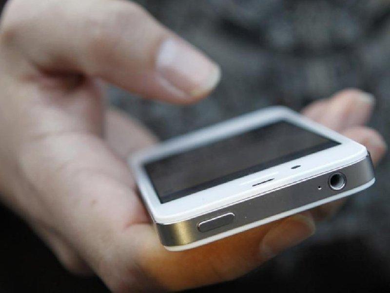 Пьяный американец позабавил пользователей попытками «справиться со смартфоном»