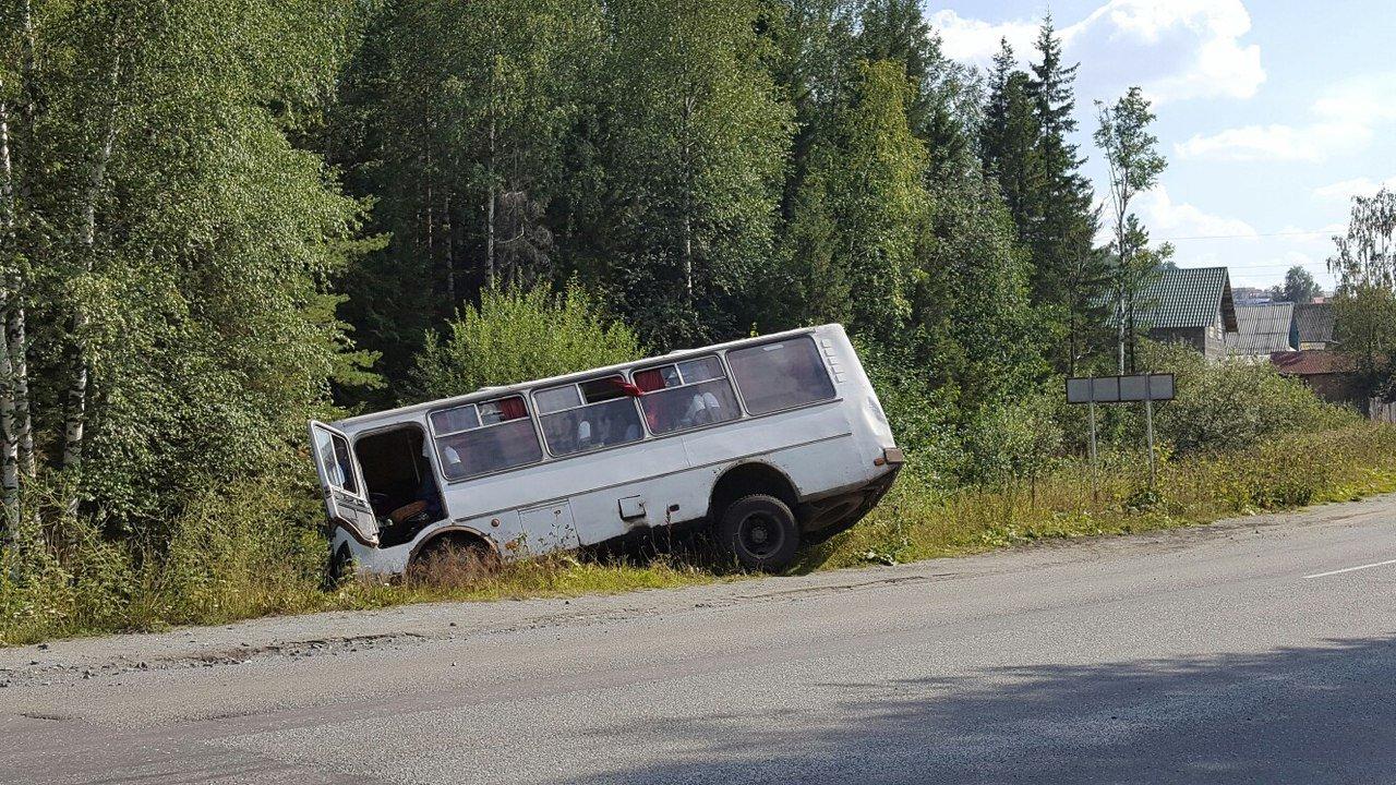 Рейсовый автобус из Ростова вылетел в кювет из-за тумана