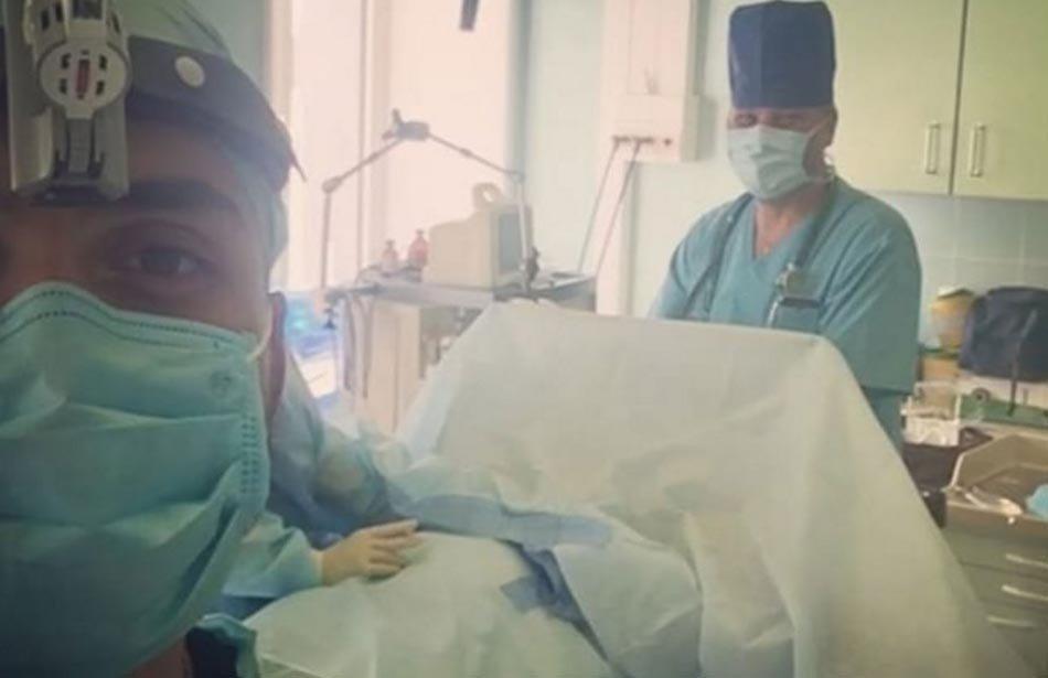 Краснодарский хирург вызвал осуждение горожан из-за селфи на фоне пациентки под наркозом