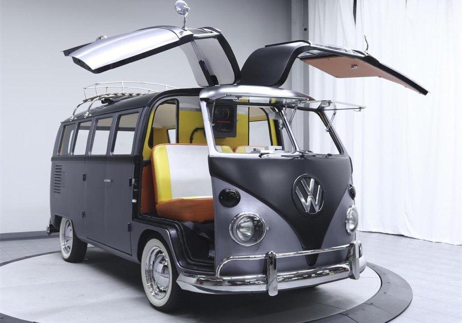 Хиппи-фургон VW превратили вмашину из«Назад вбудущее»