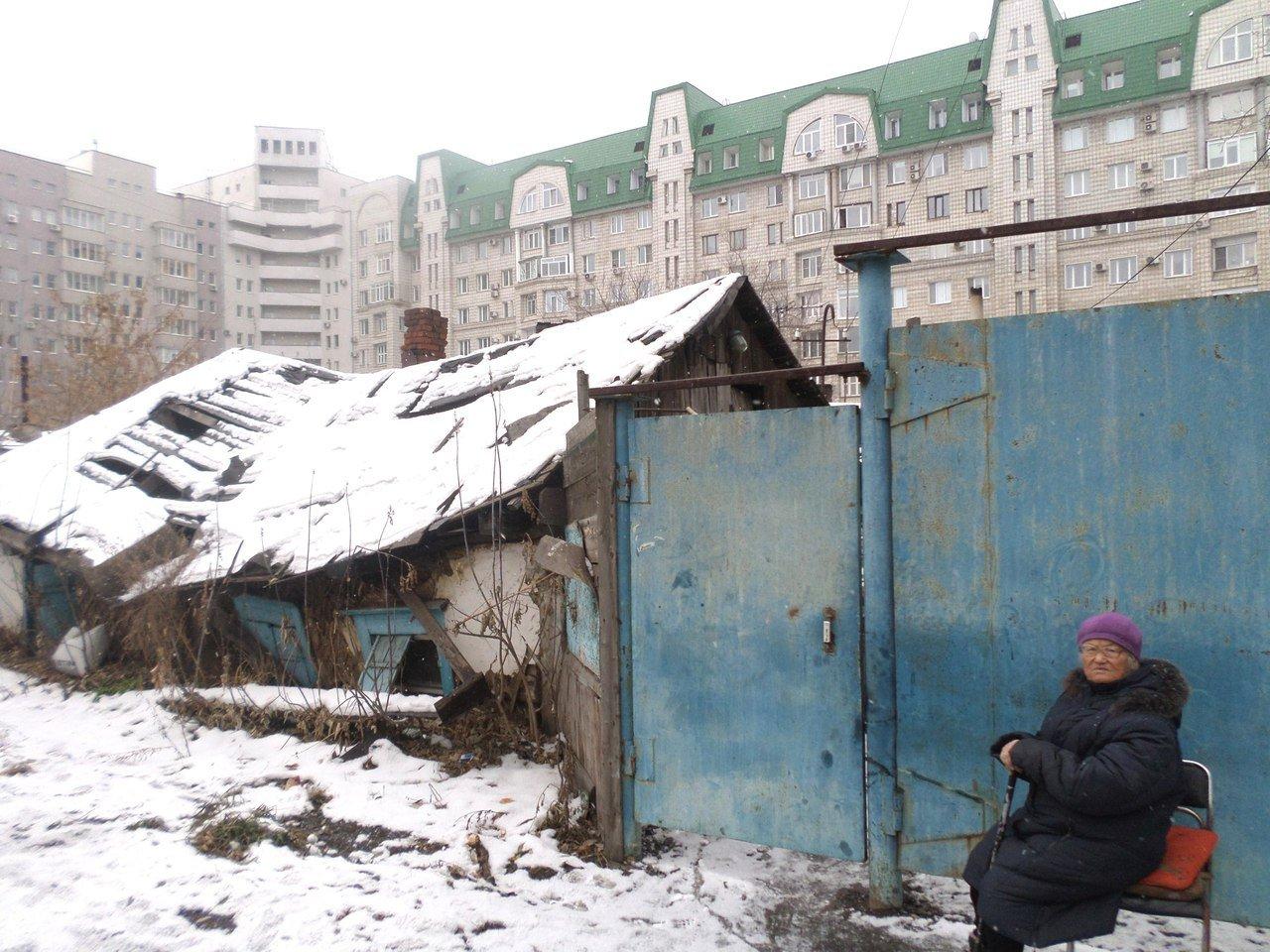 Рядом с новостроем в Омске пенсионерку вынудили жить в ветхом доме