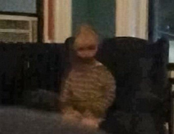 В США мужчине удалось запечатлеть на камеру призрак, посещающий его дом