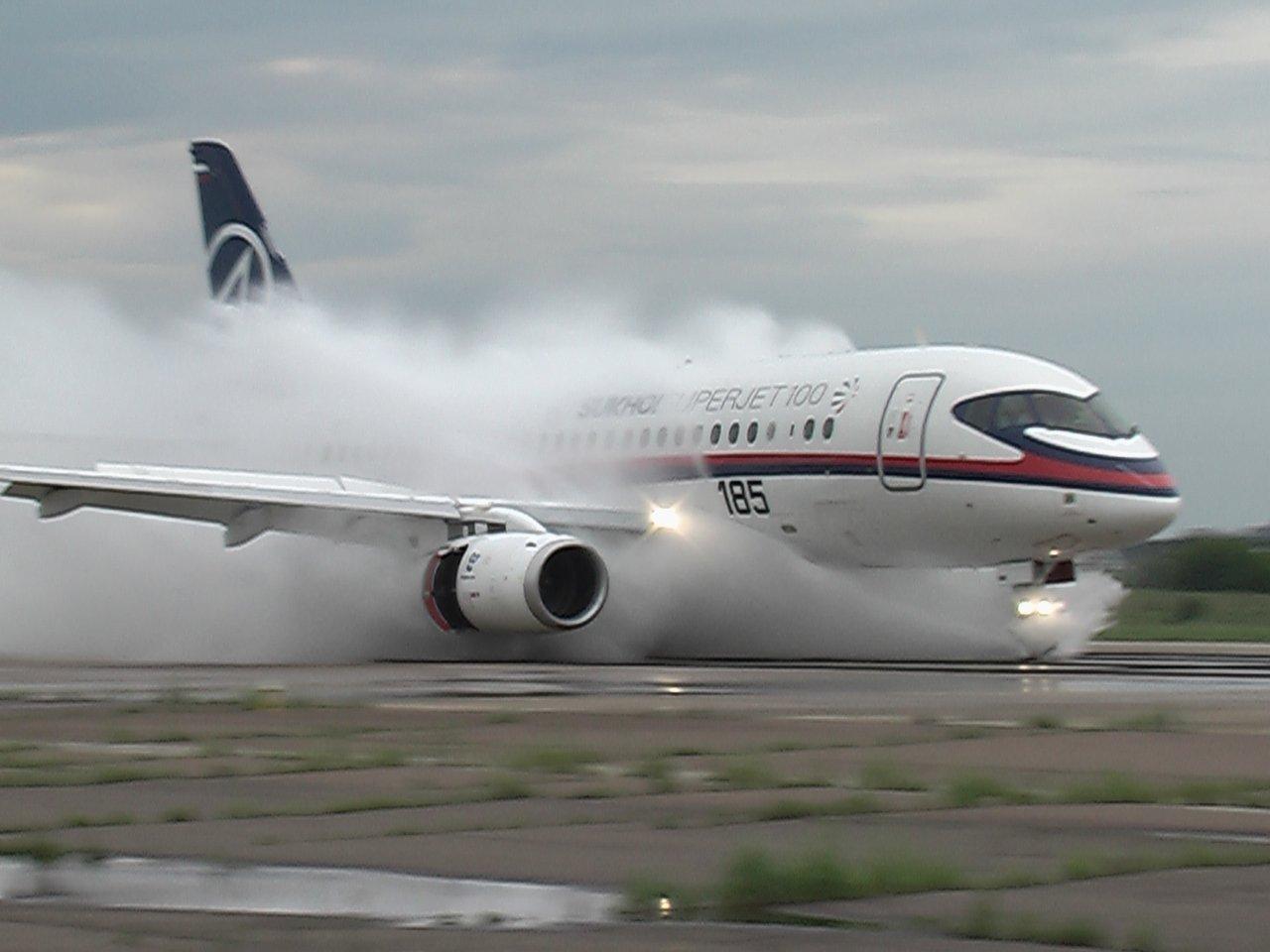 Самолет Уфа-Когалым совершил экстренную посадку вТюмени