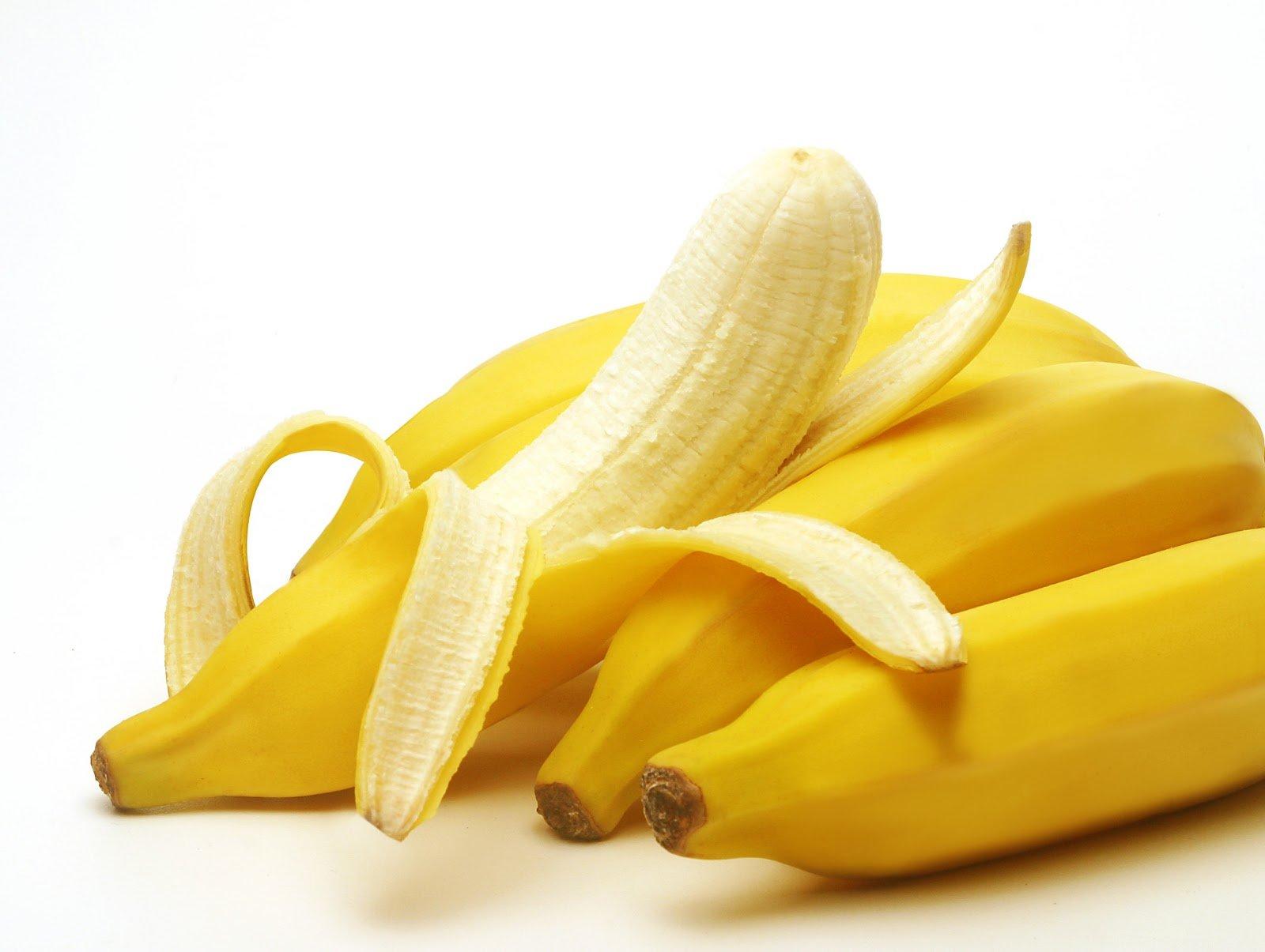Египетская певица попала под арест за «многообещающее» съедение банана