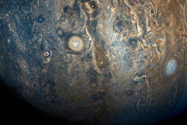 NASA показало фото захватывающей дух бури на Юпитере с облаками шириной в 13 км