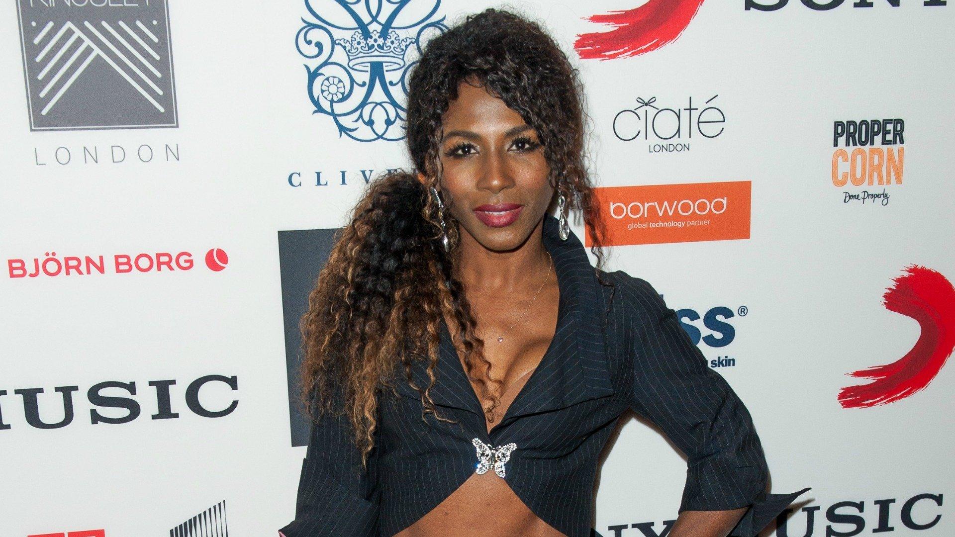 Американская певица случайно показала голую грудь на гей-выставке в Лондоне