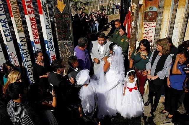 Влюблённые сыграли свадьбу награнице Мексики иСША