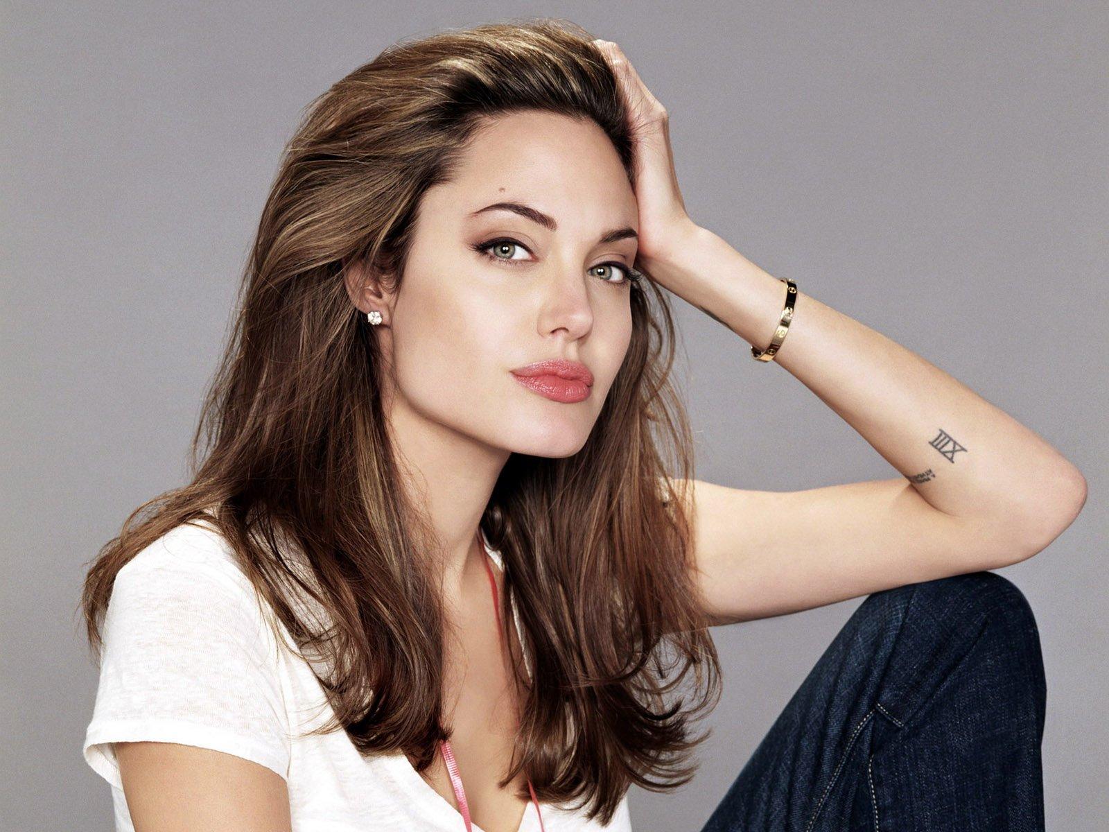 Анджелина Джоли пытается вернуть бывшего мужа с помощью магии