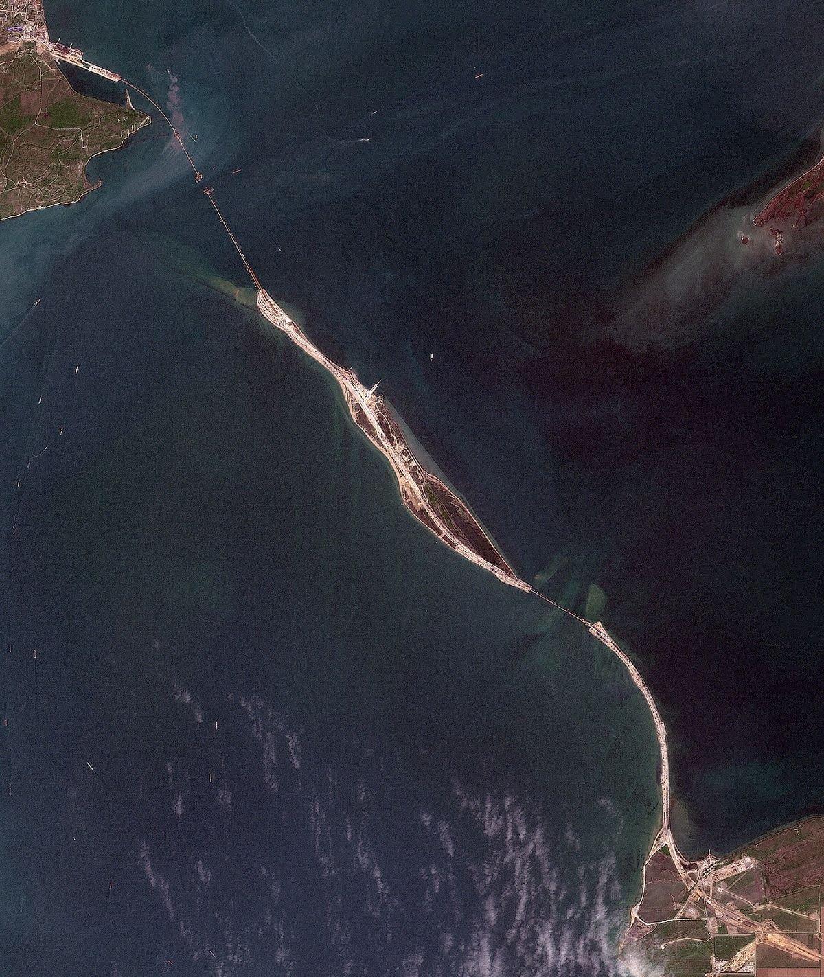 Автодорожными пролетами Керченского моста соединили косу и остров Тузла