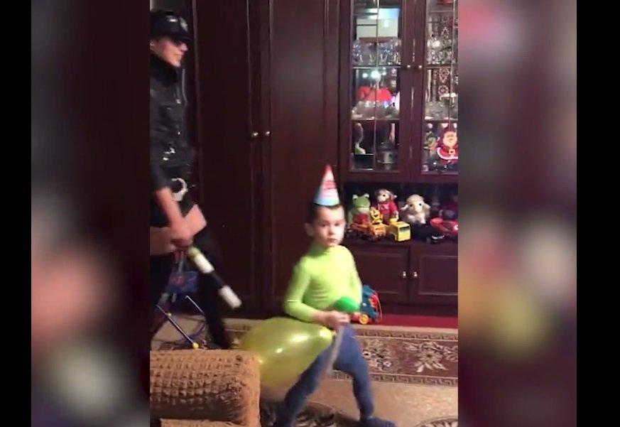 В Курске родите оставили маленького ребёнка наблюдать, как танцует стриптизёрша