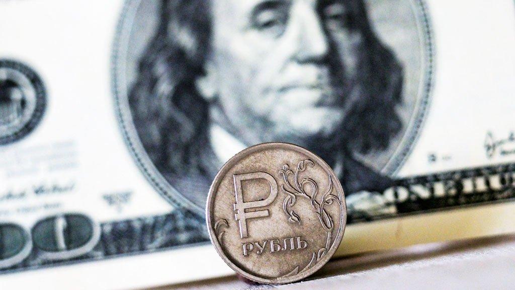 На Московской бирже курс доллара опустился ниже 59 рублей