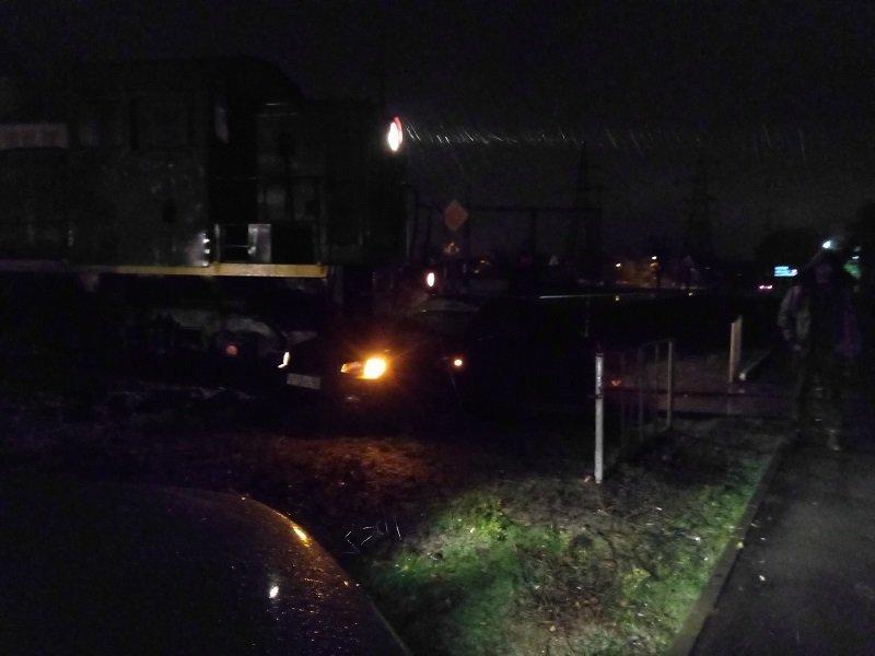 На переезде в Таганроге локомотив протаранил иномарку