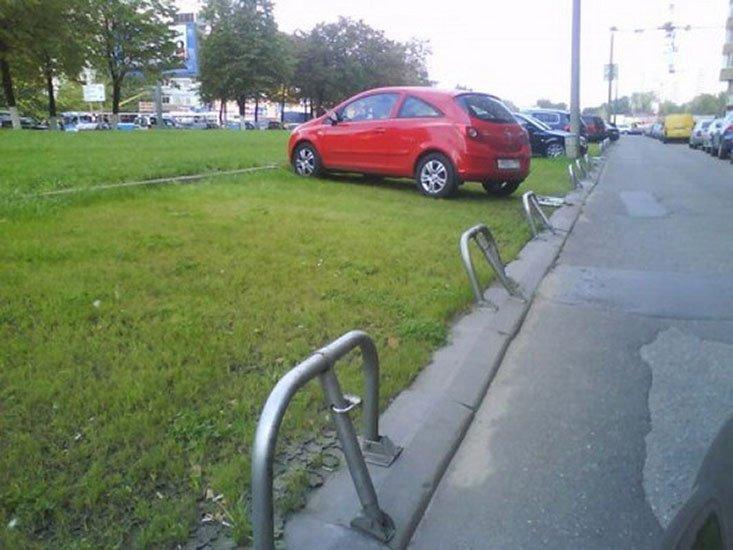 В Подмосковье хотят ужесточить наказание за парковку на траве