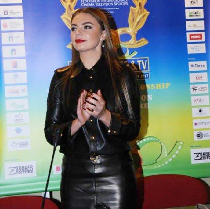 Алина Кабаева пришла за наградой в сексуальном кожаном костюме