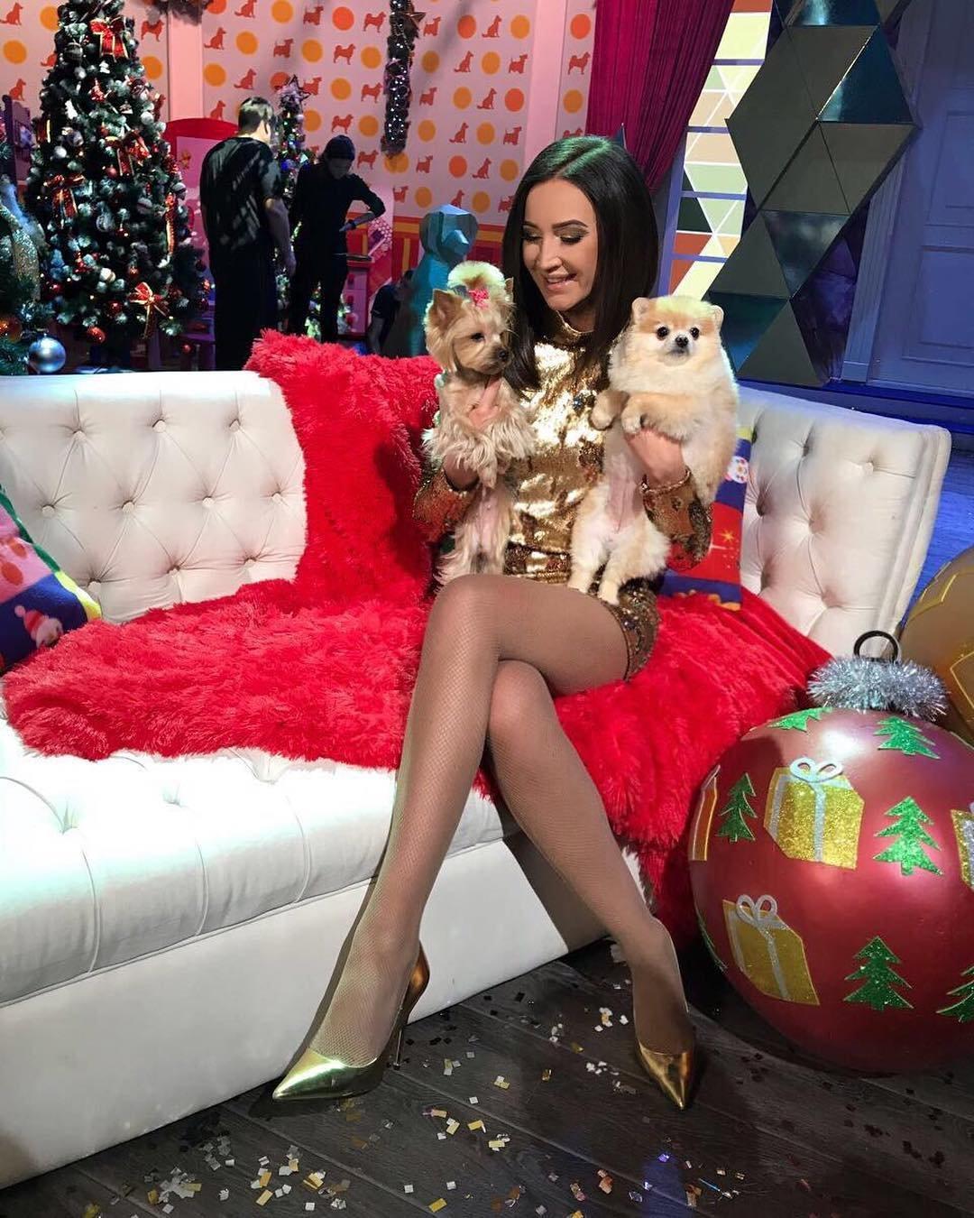 Ольга Бузова поделилась фото в золотом платье с новогодних съёмок