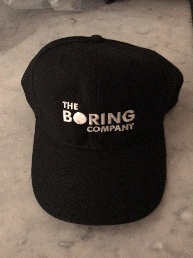 Компания Илона Маска заработала 300 тысяч долларов на продаже кепок