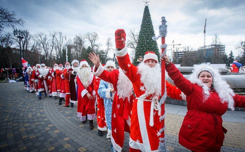 Тысячи Дедов Морозов пробегут по улицам Петербурга