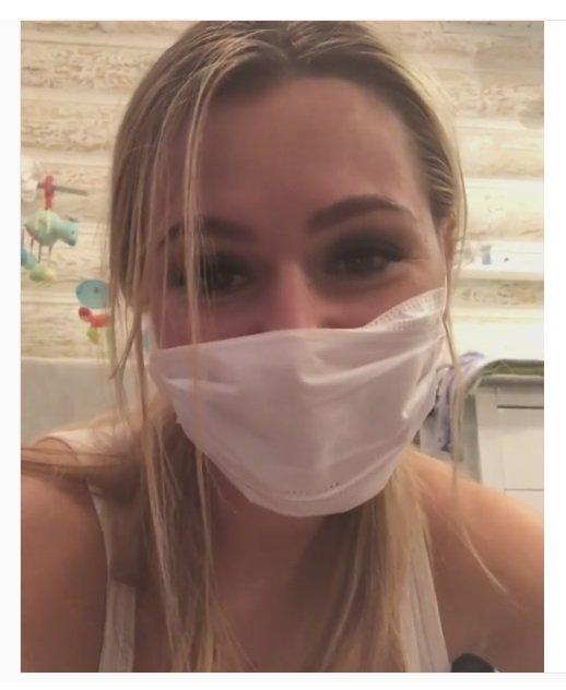 Из-за болезни Кожевниковой приходится разговаривать с детьми через маску