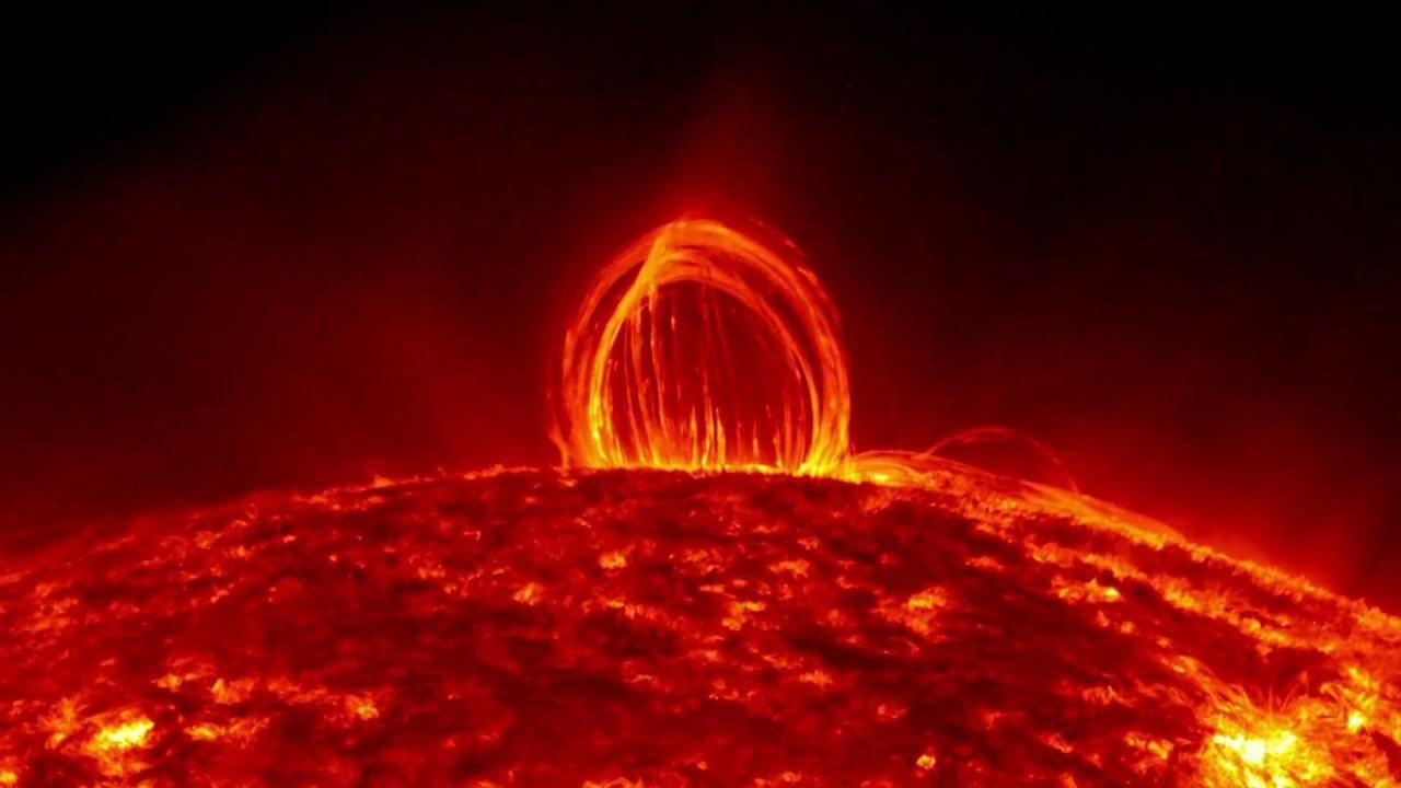 НаСолнце образовался протуберанец вполмиллиона километров