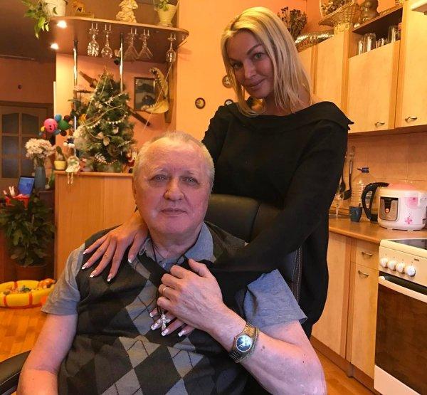 Анастасия Волочкова навестила отца-инвалида