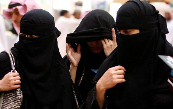 В Саудовской Аравии мужчину арестовали за разговор с женщиной