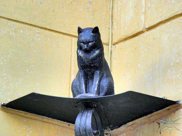 В Петербурге нагло ограбили памятник коту Елисею