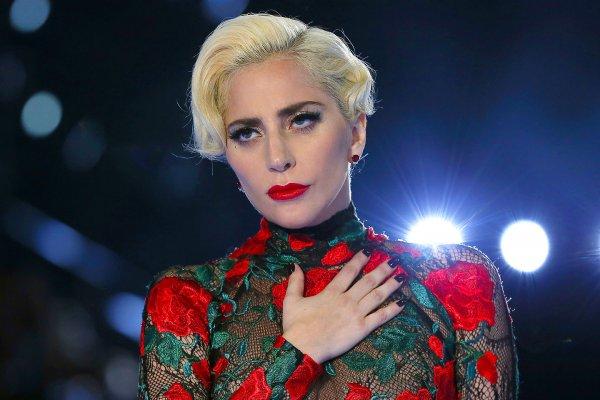 Леди Гага вновь показала снимки в откровенном золотом бикини
