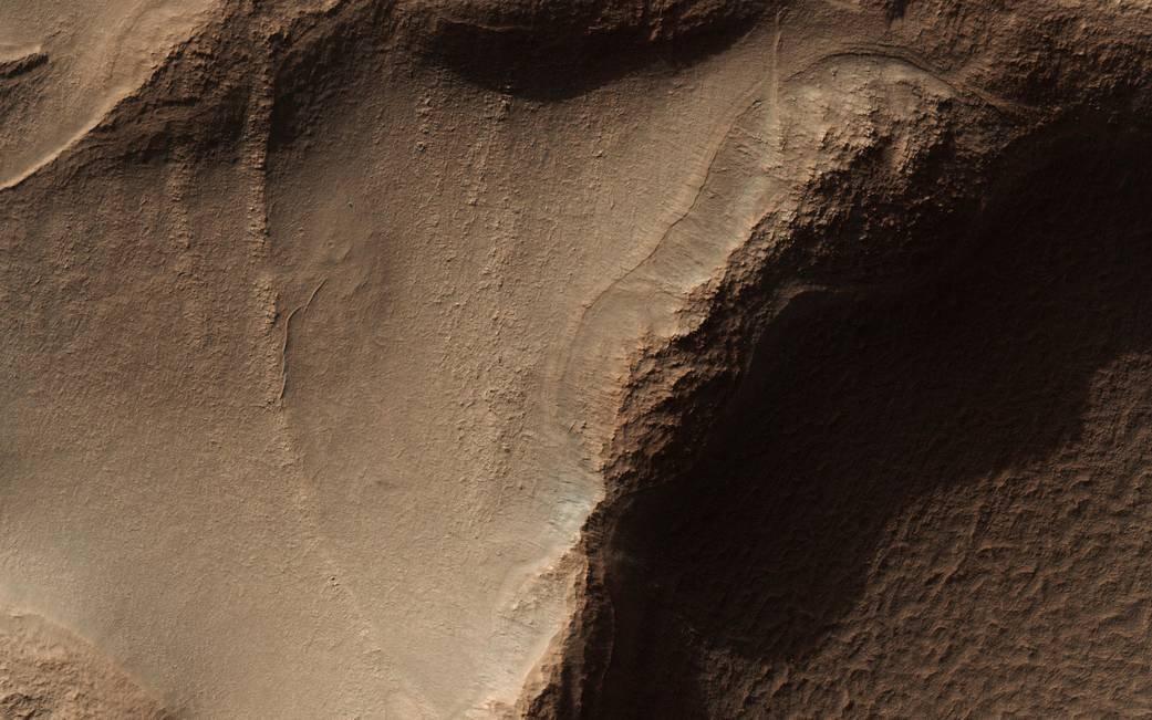 ВNASA показали фотографии гребней наМарсе вформе пчелиных сот