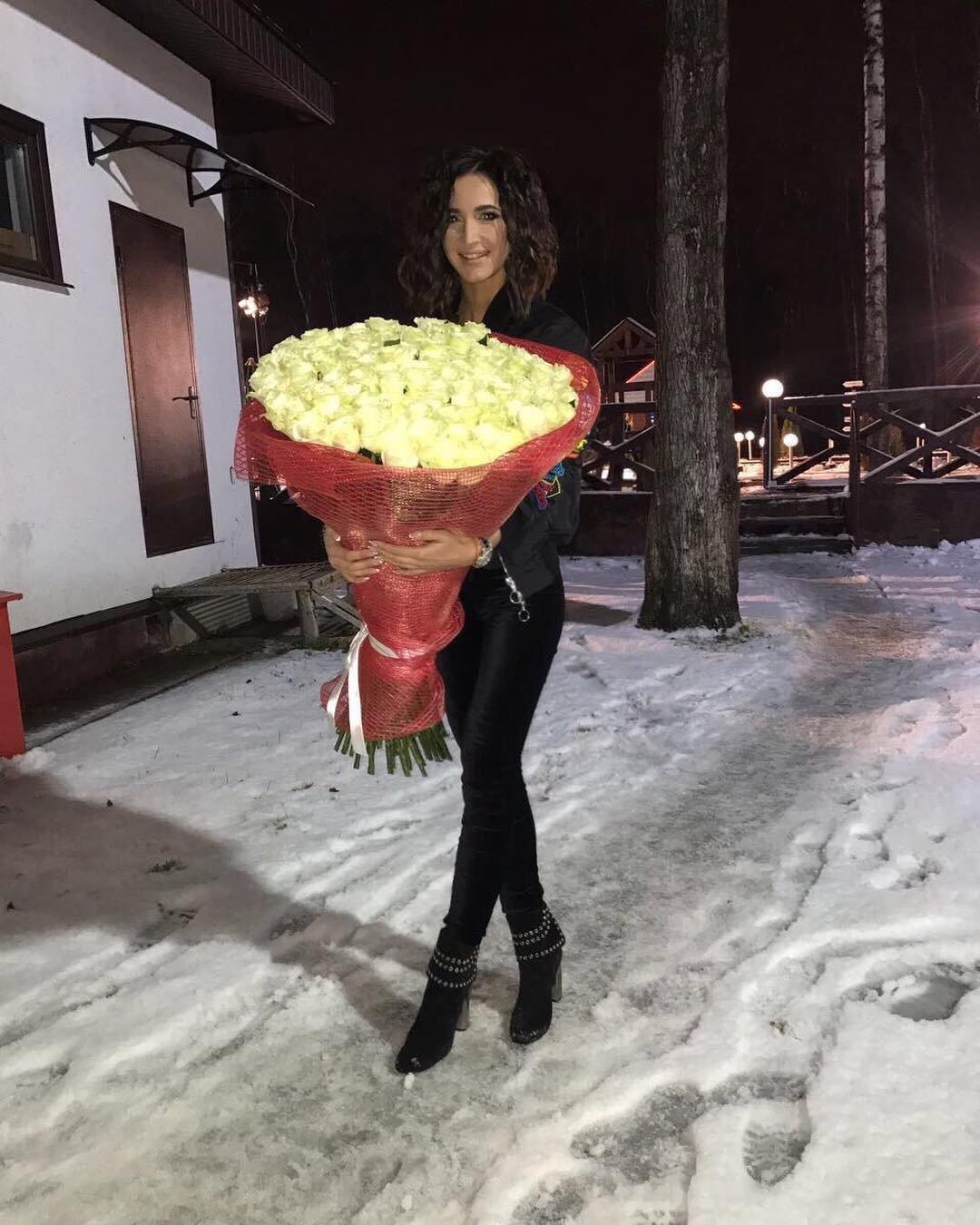 Новый юноша Ольги Бузовой подарил ей немалый букет белых роз