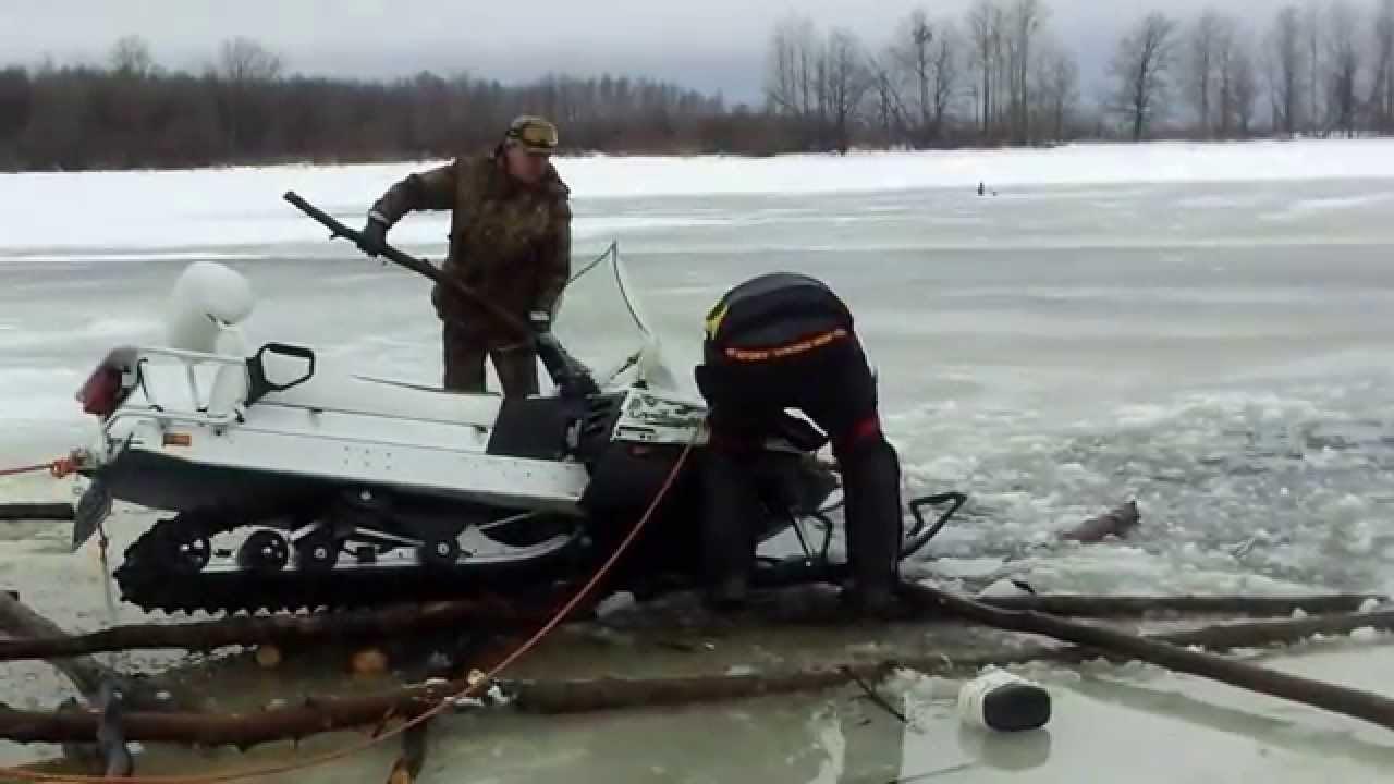 ВХанты-МансийскомАО двое мужчин наснегоходе провалились под лед