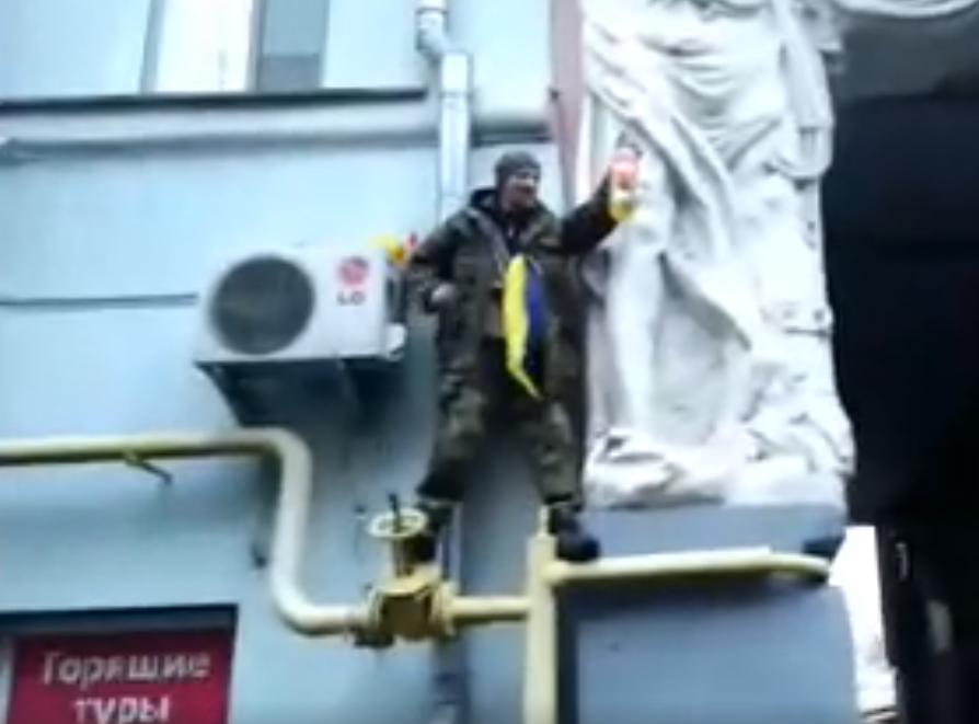 Приверженец схваченного Саакашвили облил себя бензином ипопытался поджечь
