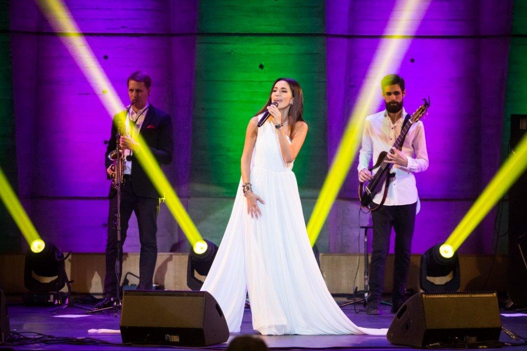 Зара дала благотворительный концерт встолице франции  артистка исполнила песни на 8-ми  языках