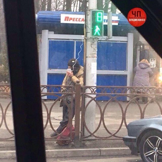 Владикавказский бомж отсветофора заряжает собственный  телефон
