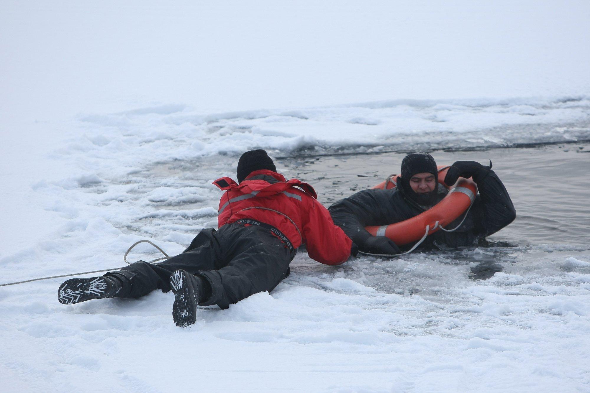 Cотрудники экстренных служб вытянули изводы рыбака, провалившегося под лед насевере столицы